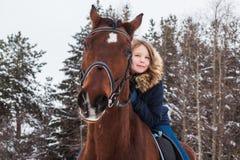 Adolescente de la muchacha y caballo grande en un invierno Foto de archivo libre de regalías