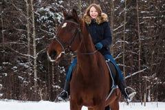 Adolescente de la muchacha y caballo grande en un invierno Foto de archivo