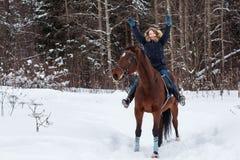 Adolescente de la muchacha y caballo grande en un invierno Fotografía de archivo