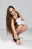 Adolescente de la muchacha y dinero que cae Imagen de archivo