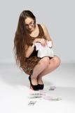 Adolescente de la muchacha y dinero que cae Fotografía de archivo