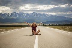 Adolescente de la muchacha y el camino a las montañas Imagen de archivo