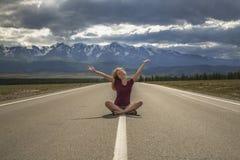 Adolescente de la muchacha y el camino a las montañas Imagenes de archivo