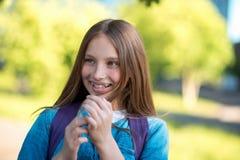 adolescente de la niña Verano en naturaleza Sonrisa feliz Con las pecas en su cara Pelo de oro largo Emociones de Imagenes de archivo