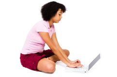 Adolescente de la raza mezclada que usa una computadora portátil Imágenes de archivo libres de regalías
