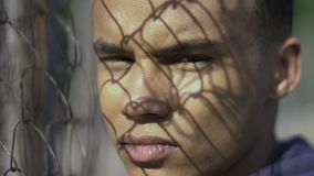 Adolescente de la raza mixta que mira en la cámara, problemas sociales de la adaptación de los nómadas almacen de video