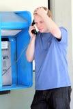 Adolescente de la universidad en un teléfono de paga Imagen de archivo libre de regalías