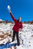 Adolescente de las bolas de nieve que lanza Fotografía de archivo libre de regalías