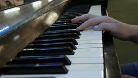 Adolescente de las manos que juega las llaves del piano cercanas encima de la visi?n metrajes