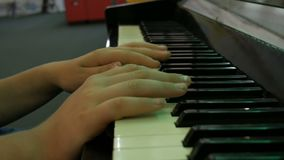 Adolescente de las manos que juega las llaves del piano cercanas encima de la visi?n almacen de metraje de vídeo