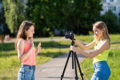 Adolescente de las niñas Verano en naturaleza Difundieron vivo en la cámara Suscriptores de registro del vlog y del blog expedien Fotos de archivo libres de regalías