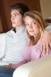 Adolescente de mirada nervioso que se sienta en el sofá Fotos de archivo libres de regalías