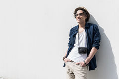 Adolescente de moda agradable que disfruta de día soleado Imagen de archivo libre de regalías