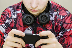 Adolescente de moda con los auriculares Imágenes de archivo libres de regalías