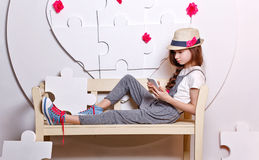 Adolescente de moda con un teléfono celular Imagen de archivo libre de regalías