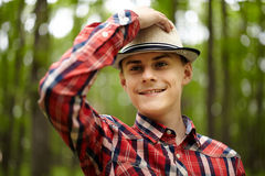 Adolescente de moda en el bosque Imagen de archivo