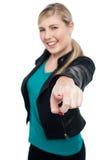 Adolescente de moda en la chaqueta de cuero que señala en usted Foto de archivo libre de regalías