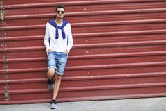 Adolescente de moda en la pared Fotografía de archivo