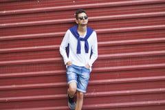 Adolescente de moda en la pared Foto de archivo libre de regalías
