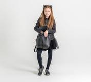 Adolescente de moda en una chaqueta negra Fotografía de archivo libre de regalías