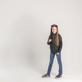 Adolescente de moda en una chaqueta negra Fotos de archivo