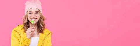 Adolescente de moda hermoso del inconformista con la piruleta Retrato fresco atractivo de la moda de la mujer joven Fotos de archivo