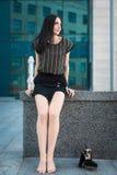 Adolescente de moda joven en la calle Imagen de archivo libre de regalías