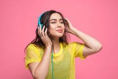 Adolescente de moda que escucha la música Fotografía de archivo libre de regalías