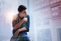 Adolescente de moda que mira lejos en el cerco urbano Imagenes de archivo