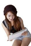 Adolescente de moda que usa la tableta digital Imagen de archivo