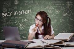 Adolescente de nuevo a escuela y a estudiar Foto de archivo