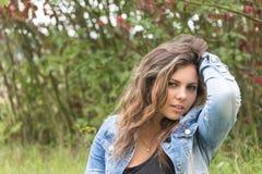 Adolescente de pelo largo atractivo con la mano en pelo Fotografía de archivo libre de regalías