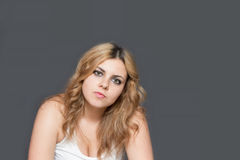 Adolescente de pelo largo atractivo decepcionado Imagenes de archivo