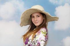 Adolescente de pelo largo en sombrero grande Fotografía de archivo