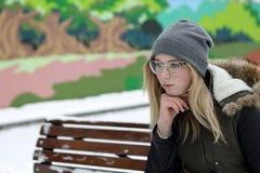Adolescente de pensamiento en banco Fotos de archivo