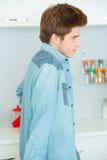 Adolescente de pie en cocina Fotografía de archivo libre de regalías