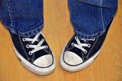 Adolescente de pies torcidos hacia dentro en zapatillas de deporte Foto de archivo libre de regalías