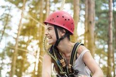 Adolescente de risa con el casco Imagenes de archivo