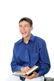 Adolescente de risa con el libro Fotos de archivo