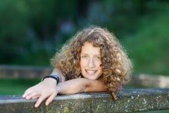 Adolescente de risa con los apoyos Fotografía de archivo