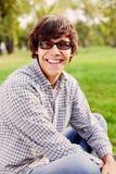 Adolescente de risa en parque Foto de archivo libre de regalías