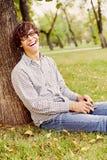 Adolescente de risa en parque Fotos de archivo libres de regalías
