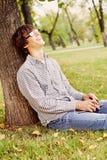Adolescente de risa en parque Imagen de archivo libre de regalías