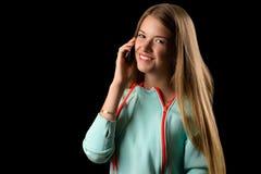 Adolescente de risa que habla en el teléfono móvil Foto de archivo libre de regalías