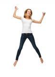 Adolescente de salto en camiseta blanca en blanco Foto de archivo
