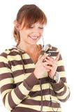 Adolescente de sorriso com o telefone de pilha foto de stock royalty free