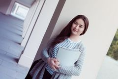 Adolescente de sorriso com os dobradores no uniersity Foto de Stock Royalty Free