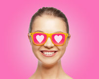 Adolescente de sorriso em óculos de sol cor-de-rosa Fotografia de Stock