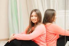 Adolescente de sorriso no espelho foto de stock