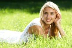 Adolescente de sorriso no campo Fotografia de Stock Royalty Free